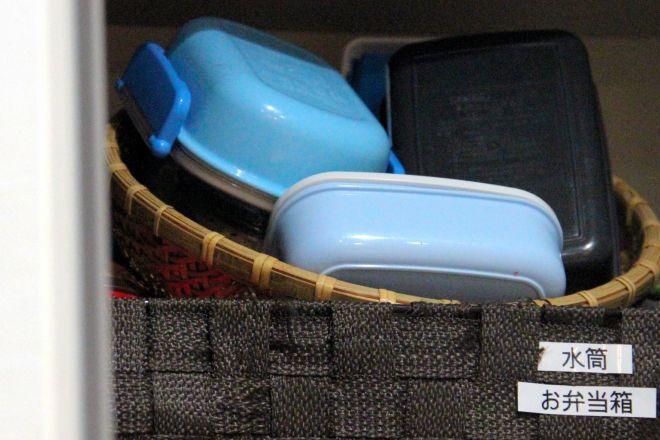 女性がそろえた弁当箱などは、今は食器棚にしまわれたままになっている=東京都内