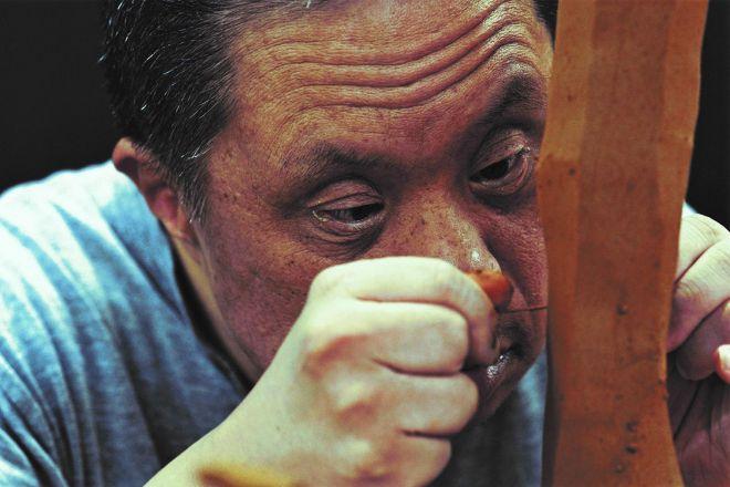 「やまなみ工房」のメンバー、吉川秀昭さん。彼が生み出す作品は、世界中の人々を魅了している