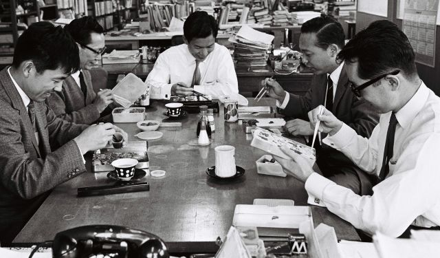 愛妻弁当を食べるサラリーマン=1967年