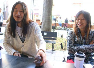 「地蔵」を前に笑顔を見せる、笠谷さんと山下さん=神戸郁人撮影