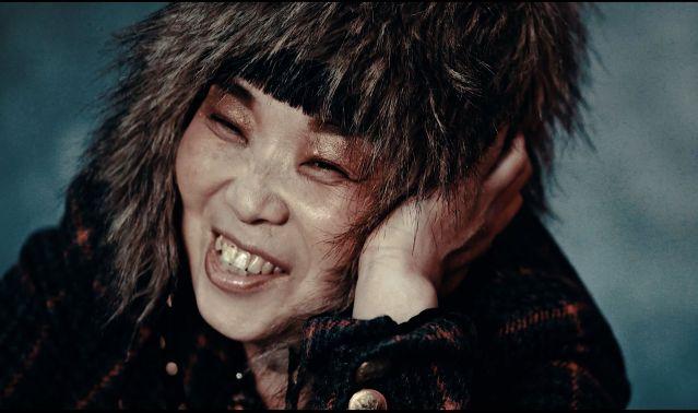 笑顔でポートレートの撮影に臨む女性メンバー