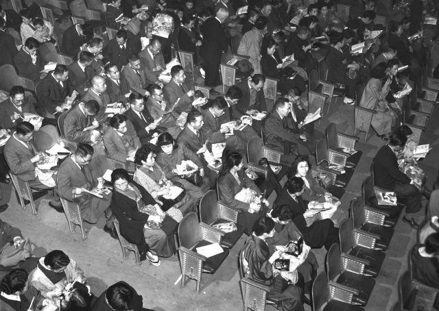 1949年当時に撮影した東京・新橋演舞場の観客席。幕間に夕食の弁当を一斉に食べる