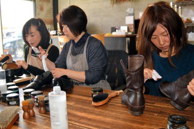 シュプリでの靴磨き講座=2018年11月3日、鳥取県倉吉市清谷町2丁目