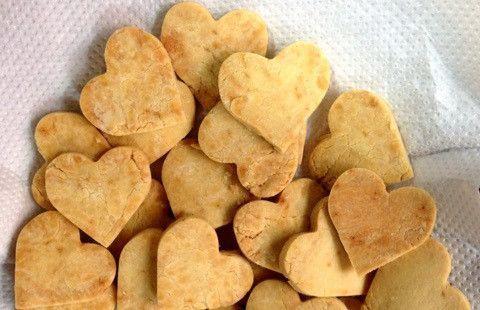 女性が長女のために作った米粉のクッキー