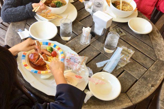 友達と外食する女性の長女(手前)。友達はラーメンを、長女は低アレルゲンのメニューを注文し、食事を楽しんだ