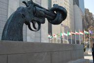 国連が目指す軍縮を象徴する、ねじれた銃の像=昨年2月、ニューヨークの国連本部。藤田直央撮影