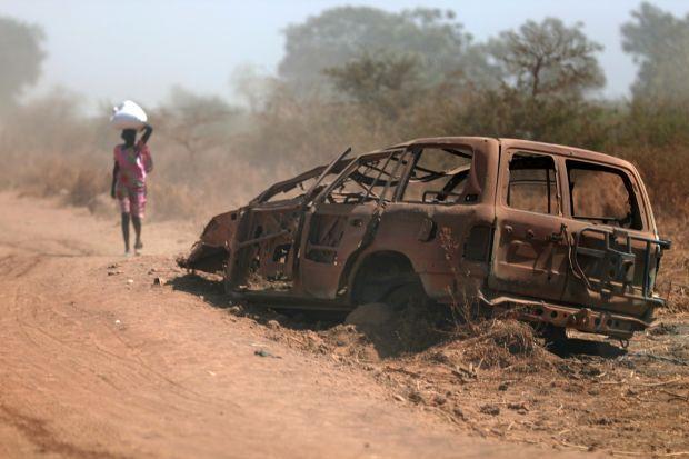南スーダン北部のベンティウの道路脇に、内戦で焼かれた車両が残されていた=2018年5月撮影