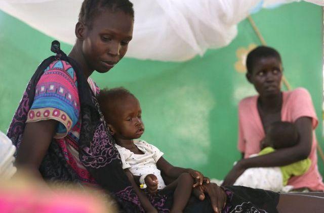 南スーダンの首都ジュバで、蚊帳に囲まれた病室で休む母子=2017年5月撮影