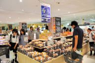 イオンリテールが展開する「夜市」。おかずや弁当の品ぞろえを増やし、サラリーマンも目立つ=千葉県浦安市の「イオン新浦安店」