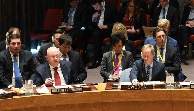 国連安保理の公式会合に臨むロシアのネベンジャ国連大使(左)=2018年4月撮影