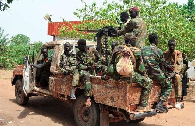 南スーダン独立の翌年、北部のベンティウにいた政府軍の兵士たち=2012年4月撮影