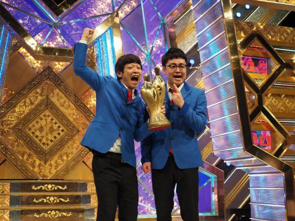 「M―1グランプリ2016」で優勝した銀シャリの鰻和弘さん(左)と橋本直さん=東京・六本木のテレビ朝日