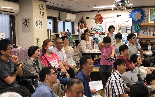公開イベントで村上さんの話を笑顔で聞く参加者たち=世古口敦嗣さん提供