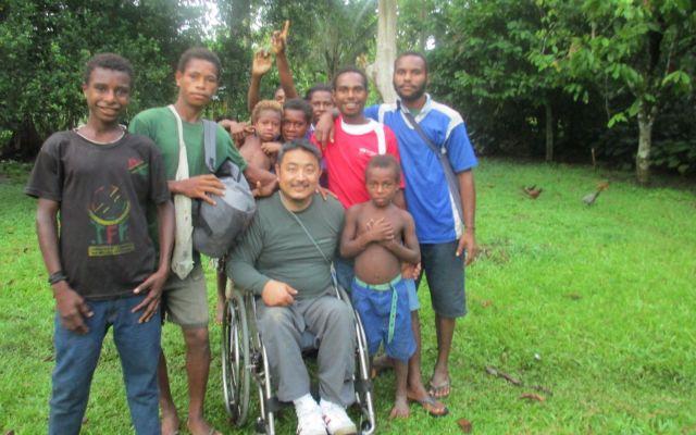 パプアニューギニアでは橋が崩落し足止めされ、ジャングルの民家に泊めてもらいました=2013年、木島さん提供