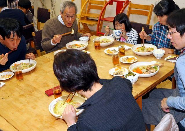 家族や単身、高齢者など幅広い入居者が集まって「コモンミール」と呼ばれる食事をする=11月23日、東京都荒川区、松本俊撮影