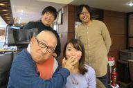 歌作りのメンバー。左下から時計回りで、村上昌憲さん、村上さんの長年の友人の河原隆子さん、世古口敦嗣さん、yu-kaさん。村上さんは「加トちゃんぺ」のポーズをyu-kaさんにして場を和ませてくれた。