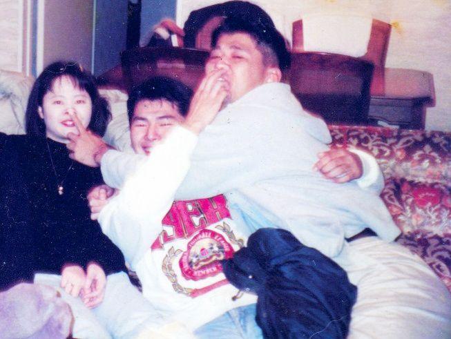 歌川たいじさん(右)と大将(真ん中)、かなちゃん。歌川さんが25歳の頃。漫画の中で「仲間と写真がどんどん増えていき、自分がどれだけこんな写真がほしかったのか初めて知りました」「なんどもなんども見ちゃう」と書いた=歌川さん提供