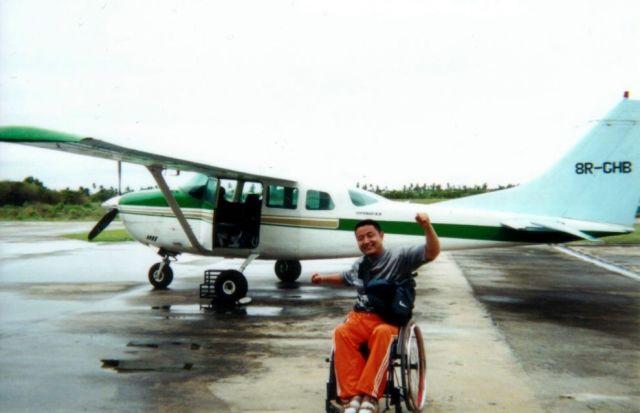 南米ガイアナ共和国でのフライト。床をはって搭乗しました=2001年、木島さん提供