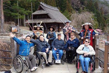 木島さん(写真左)は訪日外国人へのバリアフリー旅行情報を提供するNPO法人を運営。2015年には、車椅子の訪日外国人の旅行に同行した=山梨県、木島さん提供