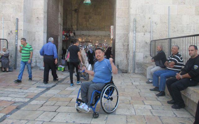 エルサレムでは、バスに乗るとき、乗客が手伝ってくれました=2013年、木島さん提供