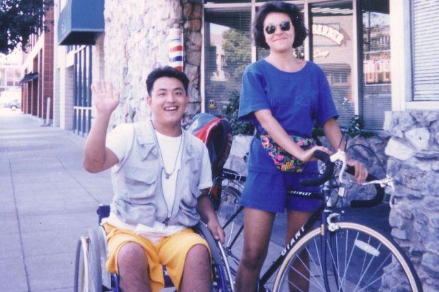 20歳、大学の夏休みにアメリカへ。初の海外。バリアフリーが進み、何をするにも不自由がなく、人々の視線もなかったことに衝撃を受けました=1993年、木島さん提供