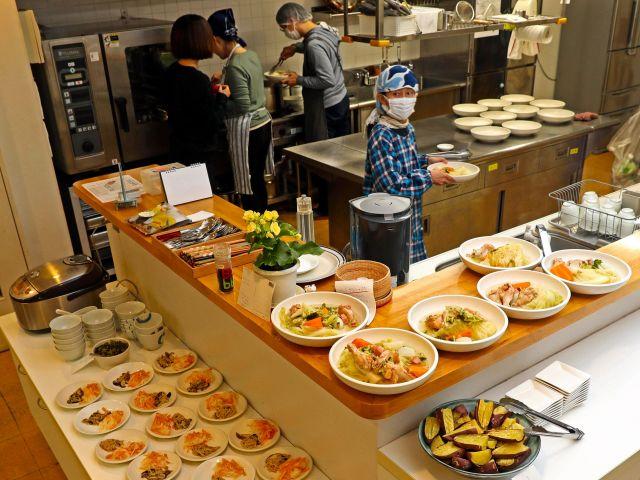 原則月1回調理当番が回ってきて、この日は3人の調理当番によって20人分の夕食が用意された=11月23日、東京都荒川区、松本俊撮影