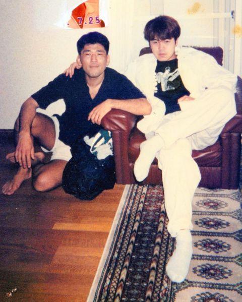 歌川たいじさん(左)と、友達の「キミツ」。歌川さんが25歳のころ=歌川さん提供