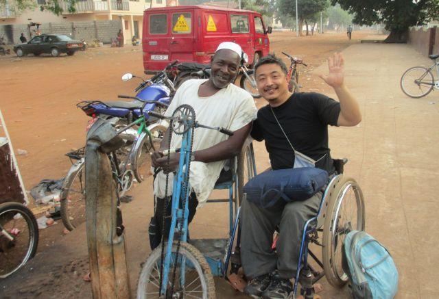 アフリカのギニアビサウ共和国では、小さなカバン2つで冒険し、現地の人と交流した=2017年、木島さん提供