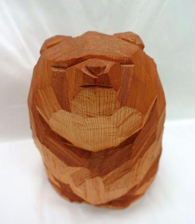 柴崎重行の木彫り熊、木の素材を生かした優しいフォルムをしている=北海道八雲町の町木彫り熊資料館