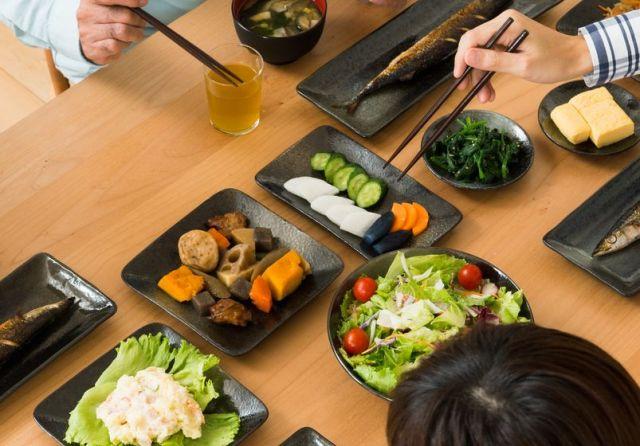 会社員時代は、一家の主として家族全員で晩ご飯を食べることを徹底させた(写真はイメージ=PIXTA)