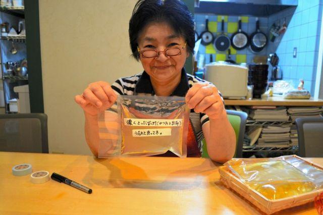 料理研究家の林幸子さん。手にしているのは昆布とかつおぶしでとった自家製だし。袋を密封できる食品シーラーで冷蔵庫に入れておく