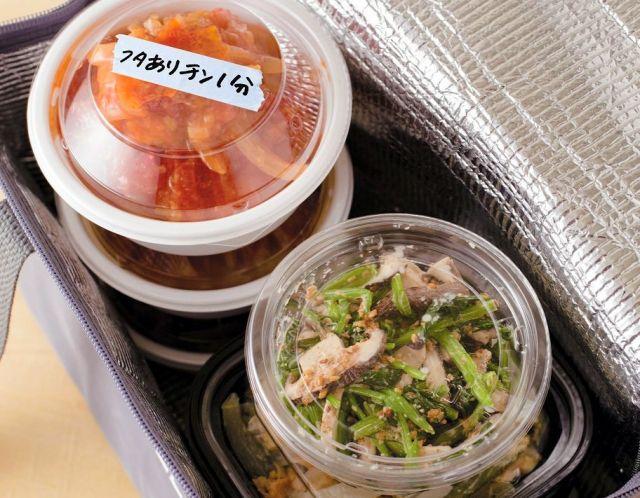 高齢の親に届ける料理は、透明のふたがついた容器に入れるのが大事。マスキングテープに添えた一言は、よりおいしく食べてもらうため=写真・南雲保夫/出典「介護じゃないけど、やっぱり心配だから 親に作って届けたい、つくりおき」から