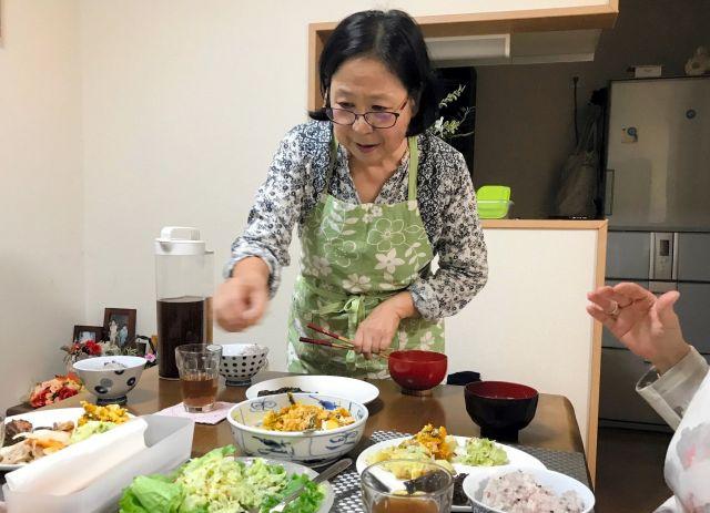 自慢の料理を取り分ける加賀谷律子さん=東京都世田谷区