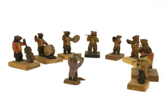 熊の音楽隊=八雲町木彫り熊資料館提供(八雲産業が管理)