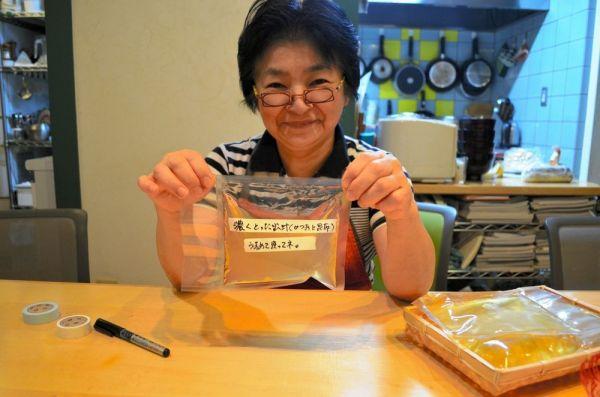 料理研究家の林幸子さん。手にしているのは昆布とかつおぶしでとった自家製だし。袋を密閉できる食品シーラーで冷蔵庫に入れておく