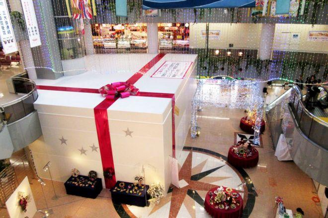 巨大なプレゼントボックス。実は工事の囲いなんです