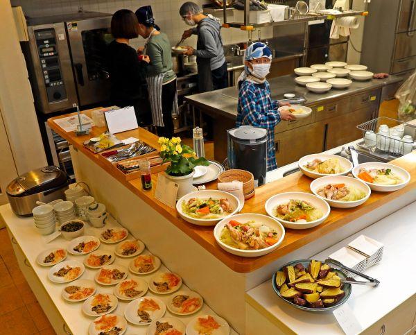 コモンミールの風景。原則月1回調理当番が回ってきて、この日は3人の調理当番によって20人分の夕食が用意された=11月23日、東京都荒川区、松本俊撮影