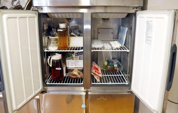 コモンミールの風景。台所には大きな冷蔵・冷凍庫が備えられている=11月23日、東京都荒川区、松本俊撮影