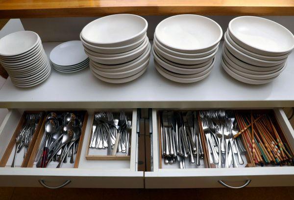 コモンミールの風景。多くの皿などが夕食を前に用意された=11月23日、東京都荒川区、松本俊撮影