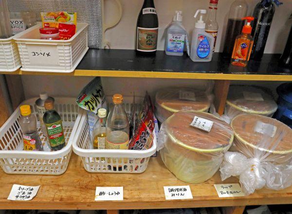 コモンミールの風景。みそなどいろいろな調味料が台所に置かれている=11月23日、東京都荒川区、松本俊撮影