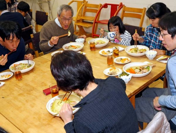 コレクティブハウス「かんかん森」では、家族や単身、高齢者など幅広い入居者が集まって「コモンミール」と呼ばれる食事をする=11月23日、東京都荒川区、松本俊撮影