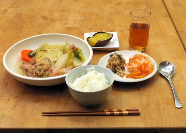 コモンミールの風景。ポトフや副菜などの夕食=11月23日、東京都荒川区、松本俊撮影