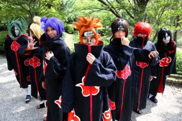 漫画「NARUTO-ナルト―」のキャラクターに扮した(左から)ゼツ、デイダラ、小南(こなん)、ペイン天道、うちはイタチ、サソリ、大蛇丸(おろちまる)のコスプレイヤー=名古屋市昭和区