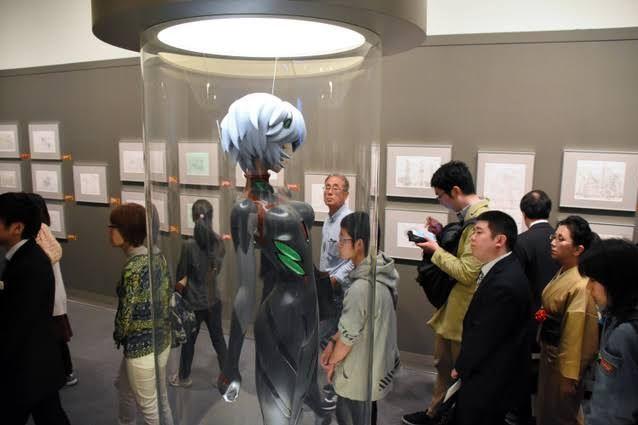 「綾波レイ」の等身大フィギュアを見つめる人たち=2018年4月20日、松江市袖師町の島根県立美術館
