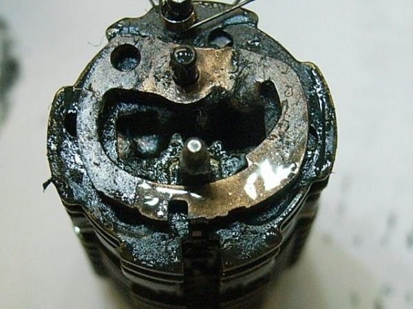 鍵のシリンダー内部。潤滑油をさしたことでドロドロに