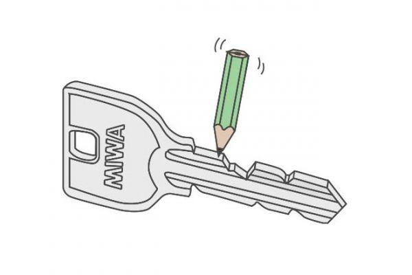【ステップ3】メーカー指定の潤滑剤を鍵穴に少量スプレー、もしくは鍵の切り込みを鉛筆で強めに黒くなぞり、数回鍵穴に抜き差しましょう