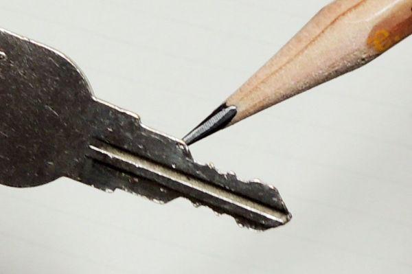 カギが開けにくい…それ「鉛筆」で復活するかも
