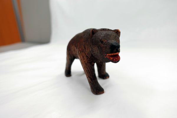スイスの木彫り熊を参考に伊藤政雄が制作した第1号の木彫り熊。目には釘は使われている=北海道八雲町の町木彫り熊資料館(八雲産業が管理)