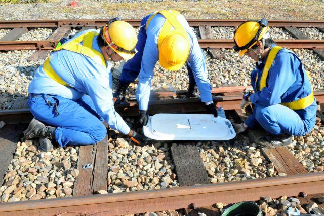 運転体験用に臨時のATSを設置する近江鉄道の保線区員=近江鉄道彦根駅