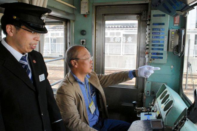 テツ歴ウン年の記者(中央)が50歳の「運転士」体験